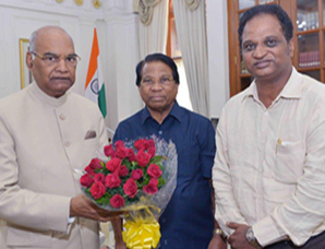 Dr. G. Viswanathan, Chancellor and Mr. Sankar Viswanathan, Vice President calling on His Excellency the President of India, Shri Ram Nath Kovind in Delhi on 31st August 2017